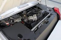 ドライバーの背後に積まれる、先代「ハリアーハイブリッド」用のパワーユニット。トランスミッションはCVTが組み合わされる。