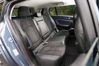 後席については、ニールーム(座面の前端から前席までの距離)の長さを216mmに延ばすなど、ハッチバック車よりゆとりある空間が確保されている。