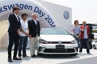 「フォルクスワーゲン・ゴルフGTIクラブスポーツ トラックエディション」。アンベールは、フォルクスワーゲン グループ ジャパンのティル・シェア代表取締役(写真左から3人目)が行った。