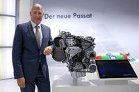 新開発の2リッター直4ディーゼルターボエンジンと、フォルクスワーゲンの開発部門のトップを務めるハインツ-ヤコブ・ノイサー氏。