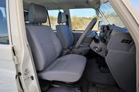 前席には前後スライドおよびリクライニング機構を採用。ステアリングホイールのチルト、テレスコピック機構とも相まって、自然な運転姿勢が得られる。