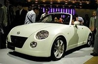初お目見えは、1999年の東京モーターショー。当時はK(軽)のOPENということで「KOPEN」と綴られたが、3年後に発売された製品版は、KがCに替えられた。コッペパンからとられたわけではなく、Compact Open Carの略。