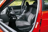 178cmの筆者がすっぽり収まるバケットシートはサイドサポートの峰も高く、乗員をしっかりホールドしてくれる。かけ心地はソフトだが、ロングドライブでも疲れにくい。試乗車にはシート電動調整機構に加え、ペダルアジャスターも備わっていた。