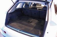 ラゲッジスペースの容量は、3列シート仕様車の場合で295リッター。電動スイッチを使って3列目を折りたたむことにより(写真の状態)、770リッターにまで拡大できる。