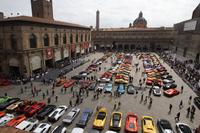 ボローニャのマッジョーレ広場に集まった参加車両。
