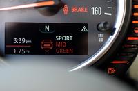 メーター内のマルチファンクションディスプレイには、新たに設定されたセットアップ切り替えシステム「MINIドライビング・モード」の状況も表示される。