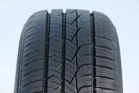 「CFt」の左右非対称なトレッドパターン。外側(写真左側)は夏タイヤ性能を重視した形状で、対する内側は冬タイヤ性能を重視したものとなる。