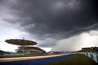 スタート前、真っ黒な雲が激しい雨を予感させた。(写真=Toyota)