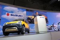 スピーチを行うスズキの鈴木俊宏代表取締役社長。
