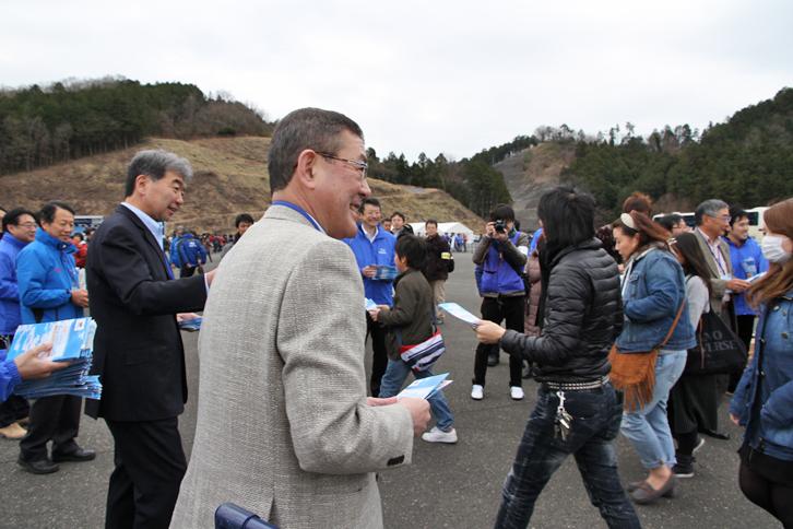 開場は午前9時。富士重工業の吉永泰之社長(中央)以下、社員がそろって来場者を迎えた。