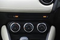 3段階の温度調整が可能なシートヒーターが運転席と助手席に採用された。オレンジ色の作動ランプがセンターパネルに配される。