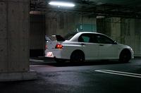 ランサーエボリューションVIII MRは、2004年2月13日から販売が開始された4WDスポーツセダン。街乗り用「GSR」(6MT=327.5万円)、競技ベースの「RS」(6MT/5MT=327.5/274.0万円)がカタログに載る。ルーフパネルをアルミ化して約4kg軽量化、ビルシュタイン社製ショックアブソーバーを採用(RSではオプション)、2リッターターボ、4WDシステムにも磨きをかけた。大きなリアウィングは、カーボン製だ。