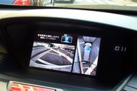 上空から見下ろしたように画像を合成、駐車をガイドする「マルチビューカメラ」。開発には「パナソニック」も関わっているとか。