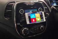 今回の特別仕様車には、アプリ「R&Go」に対応したラジオが備わる。写真のようにスマートフォンをインフォテインメントシステムとして活用するための、オプション「スマートフォン・クレードル」(5400円)も用意される。
