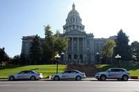 試乗のスタート地、デンバーの市庁舎前に並んだ「A4」2台と「Q5」。