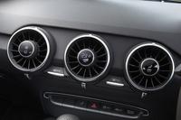 丸い吹き出し口と一体となった、ユニークなデザインの空調コントローラー。吹き出し口の中央が各機能のオン/オフスイッチとなっており、温度や風量の調整はリムの下のツマミで操作する。