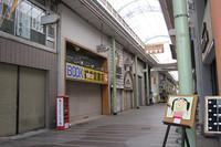 香川県丸亀市の中心部にあるアーケードの昼下がり。