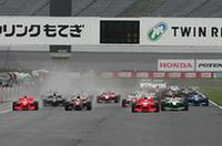 スタートシーン。最後列21番グリッドからスタートしたロイック・デュバルはただひとりスリックタイヤを選んだ。
