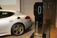 充電は、写真のように「充電ドック」(パネルに取り付けられた長円形の装置)か、車載の「ユニバーサルチャージャー(AC)」を介して行う。