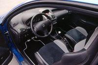206のトップグレードらしく、オートエアコンや熱反射断熱ウィンドウスクリーン、雨滴感知センサー付きオートワイパー、オートヘッドライトなどを標準装備する。