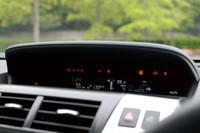 燃費やギアポジションなど、車両の状態を示す各種情報は、ダッシュボード中央上部の画面に表示される。