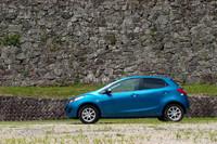 写真のボディカラー「アクアティックブルーマイカ」は、「13-SKYACTIV」の専用色。14インチのホイールサイズは他1.3リッターモデルと同様だが、そのデザインはオリジナルだ。