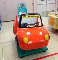 つれづれなるままに大矢アキオの日本街角スナップ。【その1】某スーパーで。製作した人がポルシェファンか否か判別不能な遊具。