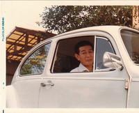 筆者の幼稚園・小学生時代を通じてわが家にあった「フォルクスワーゲン・ビートル」と筆者の父。1980年撮影。
