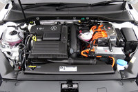 パワーユニットは1.4リッター直噴ターボエンジンと走行用モーターの組み合わせ。システム全体では最高出力218ps、最大トルク40.8kgmを発生する。