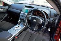 スカイラインクーペは、前席ダブル&サイドエアバッグおよびカーテンエアバッグを備える。写真は「350GT」だが、プレミアムバージョンには、「BOSEサウンドシステム(6連奏CD、カセット、ラジオ、8スピーカーほか)」が標準で装備される。