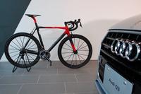 発表会場には、アウディ特製のロードレーサー「Audi Sport Racing Bike」も展示された。総重量はわずか5.8kgで、ドイツ本国の価格は1万7500ユーロ(約237万円)。世界限定50台で販売される。