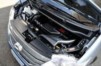 エンジンルームには鉛タイプのバッテリーが2個並ぶ。