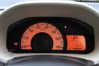 「F」のメーターは基本的にバンの「VP」と共通。回生ブレーキを搭載していないので、マルチインフォメーションディスプレイにエネルギーフローインジケーターの表示機能はなく、またアクセル開度に応じて照明の色が変わる「ステータスインフォメーションランプ」も省かれている。