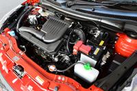 「スイフトXS-DJE」に搭載されるエンジンは、91ps、12.0kgmを発生する1.2リッター直4。熱効率を高めることで燃費性能を向上させ、燃費値は26.4km/リッター(JC08モード)を達成。
