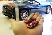 各モデルのサイズは、約45mm。小粒ながらも亜鉛合金のボディは質感十分。内装やホイールは樹脂製で、レーシングカーのデカールなどはタンポ印刷で再現される。