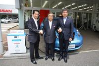 発表会で登壇した3人。左から日産自動車常務執行役員の西沢正昭氏、ニチコン代表取締役会長の武田一平氏、日産自動車執行役員の渡部英朗氏。