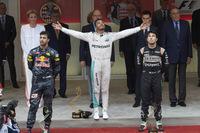 F1第6戦モナコGPを制したメルセデスのルイス・ハミルトン(中央)、2位でレースを終えたレッドブルのダニエル・リカルド(左)、3位に入ったフォースインディアのセルジオ・ペレス(右)。(Photo=Mercedes)