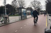 クルマ、人、自転車が完全に分離されたアムステルダムの街並み。自転車もクルマと同じく右側通行である。