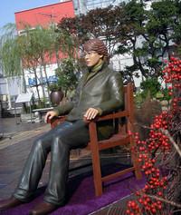 銀座松坂屋の屋上に設置された「ヨン様等身大人形」。