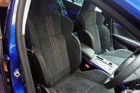 「GT」「スポーツツアラーGT」のシートは、表皮にアルカンターラを採用している。