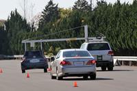 その2。先行車に接近中、追突の危険ありという警報を受けて、弱くブレーキを踏んだところ。