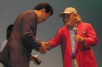 """""""巨匠""""こと徳大寺有恒氏はトークショーに参加。「アンチ・メルセデスみたいに思われていますが、今まで所有したなかで、メルセデスベンツが一番多かったんです」。続いて行われたチャリティーオークションには、ペブルビーチで購入したネクタイを出展、8000円で落札された。"""