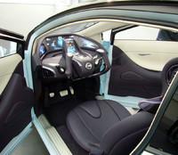 ドアは一般車のように左右水平に開閉。コクピットには、左右どちらからでも乗り込める。