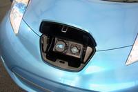 コンセントプラグは鼻先に。ダッシュボード上にともるランプを見れば、車外からも充電レベルを確認することができる。