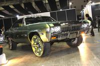 アメリカ西海岸で発祥したという「ハイライザー」。ペッタペタのローライダーの次は車高アップというわけか。ベースは1966年シボレー・インパラで、タイヤは275/25R26を履く。