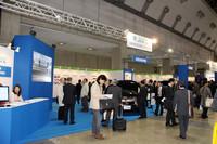 「JHFC」のブース。来場者で見えないが、5台の燃料電池車が展示されている。実証プロジェクトの現状と未来についても、パネル展示でわかりやすく紹介している。