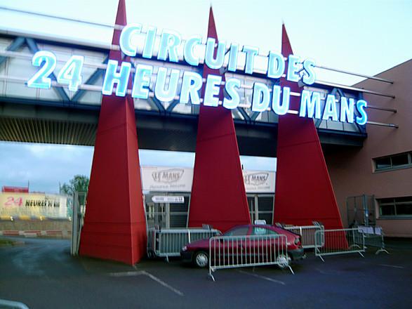 """サルトサーキットの正面ゲート。意外に小さっ!(笑) クルマはこちらから、人はその隣から入場するのですが、どちらも""""世界三大レース""""会場のエントランスとは思えないほどひかえめ。"""