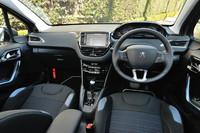 随所に特徴的なデザインがちりばめられた「208」のインテリア。中央の大型モニターは、カーオーディオや車両情報にアクセスするものとして備わるが、2013年3月にはカーナビの機能が新たにオプションで追加される見込みだという。