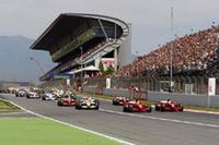 会心のフロントローからスタートしたフェルナンド・アロンソ(写真手前左)は、3番グリッドのフェリッペ・マッサ(同右)に抜かれ3位に後退。この時点でフェラーリ1-2フォーメーションが完成し以後ゴールまで変わらなかった。オープニングラップの後続の混乱で最初のセーフティカーが導入。(写真=Renault)
