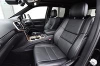 シート表皮はレザー。前後席ともにヒーターが内蔵されているほか、前席にはベンチレーション機能も備わっている。